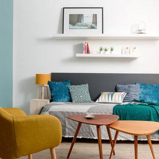 Exemple d'une chambre d'amis scandinave de taille moyenne avec un mur gris, un sol en vinyl et un sol beige.
