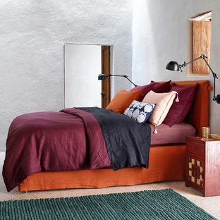 Exemple d'une chambre d'amis éclectique de taille moyenne avec un mur blanc et aucune cheminée.
