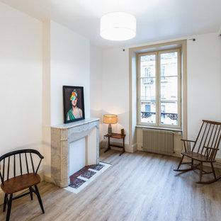 Imagen de dormitorio principal, retro, de tamaño medio, con paredes blancas, suelo de linóleo, chimenea tradicional, marco de chimenea de piedra y suelo marrón