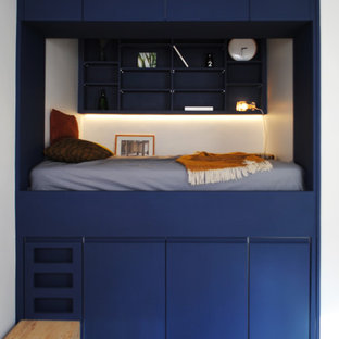 Inspiration for a small contemporary loft-style bedroom in Paris with white walls.