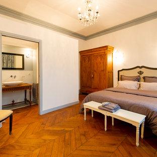 Réalisation d'une chambre tradition de taille moyenne avec un sol en bois brun.