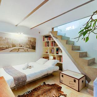На фото: гостевые спальни в средиземноморском стиле с полом из травертина, бежевым полом и белыми стенами