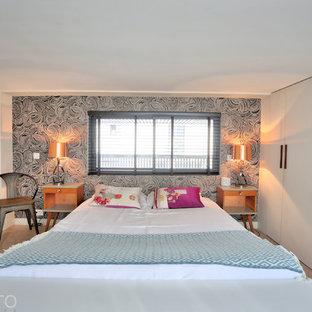 Foto de dormitorio principal, urbano, de tamaño medio, con paredes negras, suelo de corcho y suelo beige