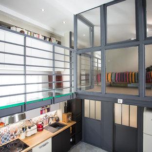 Idéer för ett mellanstort industriellt gästrum, med svarta väggar, korkgolv och beiget golv