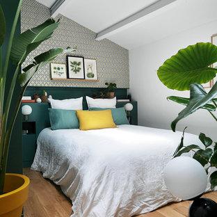 Exemple d'une chambre d'amis tendance de taille moyenne avec un mur multicolore, un sol en bois brun, un sol marron, un plafond en poutres apparentes, un plafond voûté et du papier peint.