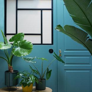 Inspiration för ett mellanstort funkis gästrum, med blå väggar, ljust trägolv och beiget golv