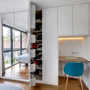 Idee per una piccola camera matrimoniale design con pareti bianche, pavimento in compensato, nessun camino e pavimento beige