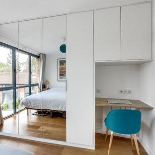 Foto de dormitorio principal, contemporáneo, pequeño, sin chimenea, con paredes blancas, suelo de contrachapado y suelo beige