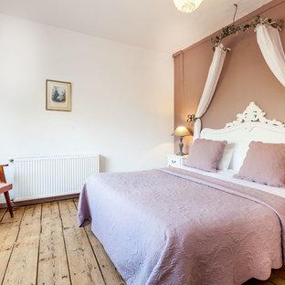Exemple d'une chambre d'amis chic de taille moyenne avec un mur marron.