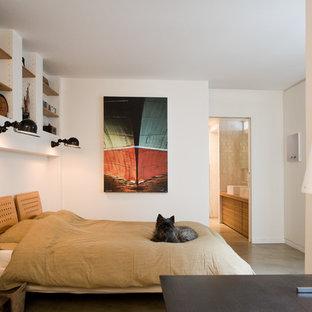 Aménagement d'une chambre parentale contemporaine de taille moyenne avec un mur blanc et béton au sol.