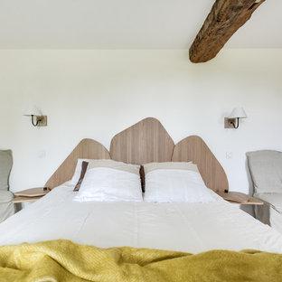 Foto de dormitorio principal, nórdico, grande, con paredes blancas, suelo de mármol y suelo beige