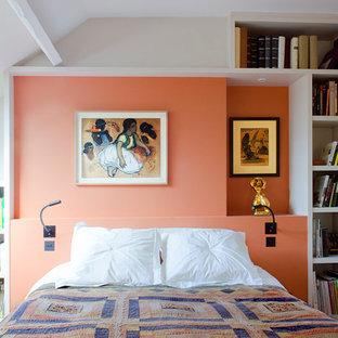 Modern inredning av ett mellanstort huvudsovrum, med orange väggar, ljust trägolv och brunt golv