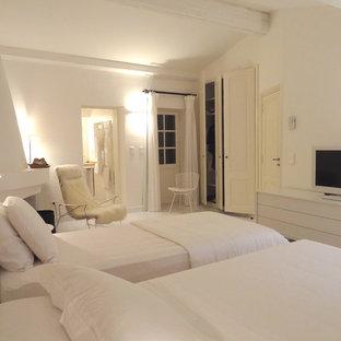 Réalisation d'une grand chambre d'amis design avec un mur blanc.