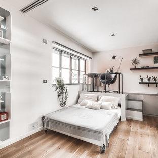 Idées déco pour une chambre d'amis contemporaine de taille moyenne avec un sol en bois brun, un sol marron, un mur rose et aucune cheminée.