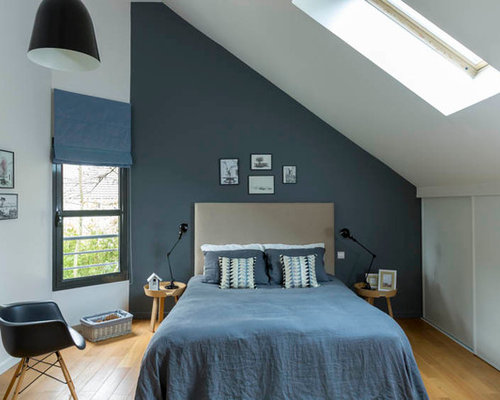 chambre mansard e ou avec mezzanine scandinave avec un mur bleu photos et id es d co de. Black Bedroom Furniture Sets. Home Design Ideas