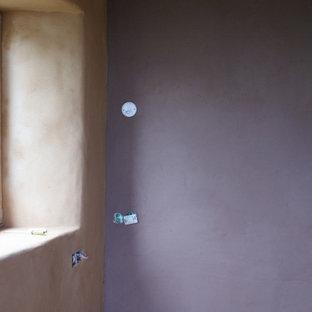 Imagen de habitación de invitados moderna, de tamaño medio, con parades naranjas y suelo de madera clara