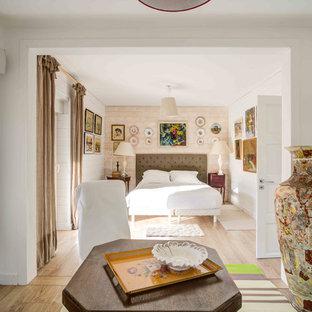 Idées déco pour une chambre bord de mer avec un mur blanc, un sol en bois clair et un sol beige.
