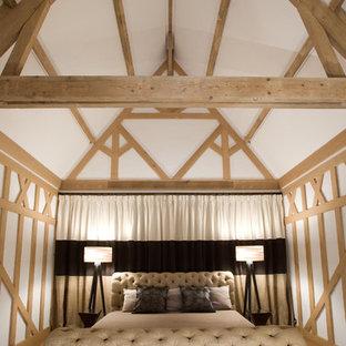 Réalisation d'une chambre champêtre avec un mur blanc et un sol en bois clair.