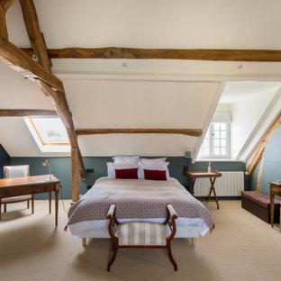 Idées déco pour une chambre avec moquette campagne avec un mur bleu et un sol beige.