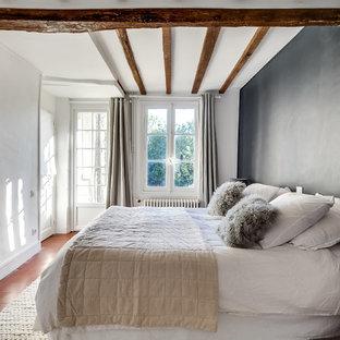 Réalisation d'une chambre d'amis design de taille moyenne avec un sol en carreau de terre cuite et un mur noir.