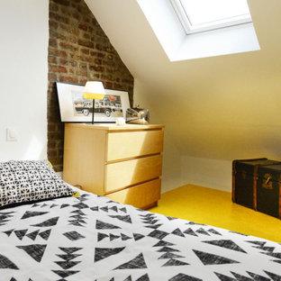 Ejemplo de habitación de invitados ladrillo, tradicional renovada, pequeña, con paredes blancas, suelo de madera pintada, suelo amarillo y ladrillo