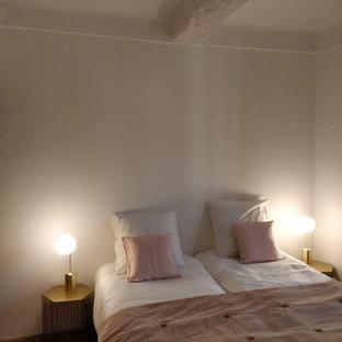 Diseño de habitación de invitados mediterránea, de tamaño medio, sin chimenea, con paredes blancas, suelo de baldosas de terracota y suelo rojo