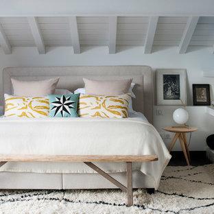 Idée de décoration pour une chambre d'amis marine avec un mur blanc et aucune cheminée.