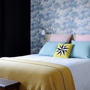 Idées déco pour une chambre contemporaine avec un mur noir et un sol en bois clair.
