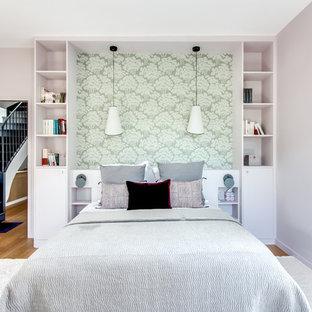 Exempel på ett modernt sovrum, med rosa väggar och mellanmörkt trägolv