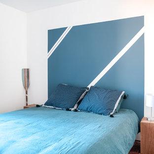 Foto de dormitorio principal, actual, pequeño, sin chimenea, con paredes blancas y suelo de baldosas de terracota