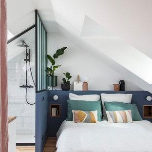 Idées déco pour une petite chambre scandinave avec un sol en bois clair, un mur blanc et aucune cheminée.