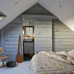 Exemple d'une petit chambre bord de mer avec un sol en bois peint.