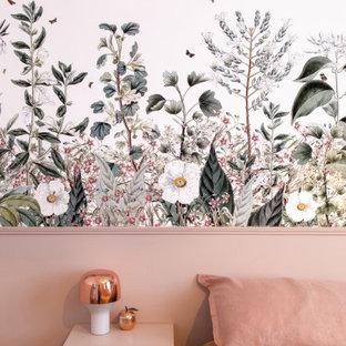 Ejemplo de dormitorio principal, minimalista, de tamaño medio, con paredes rosas, suelo de madera clara y suelo beige