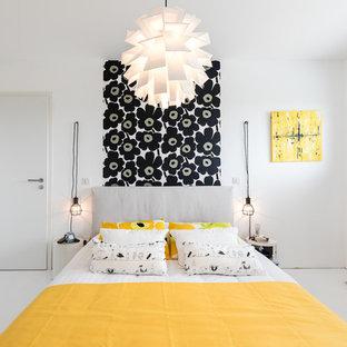 Aménagement d'une chambre parentale contemporaine de taille moyenne avec un mur blanc, sol en stratifié et un sol blanc.