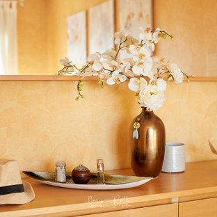Idee per una camera matrimoniale chic di medie dimensioni con pareti gialle, pavimento in laminato e pavimento giallo