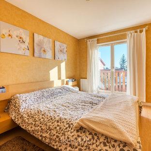 Ispirazione per una camera matrimoniale chic di medie dimensioni con pareti gialle, pavimento in laminato e pavimento giallo
