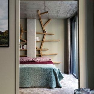 Exemple d'une grande chambre tendance avec un mur gris et un sol gris.