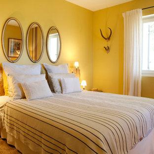 Foto de dormitorio principal, contemporáneo, grande, sin chimenea, con paredes amarillas, suelo de baldosas de terracota y suelo rojo
