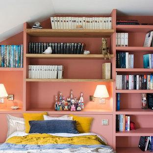 Idée de décoration pour une chambre parentale tradition de taille moyenne avec un mur rose, aucune cheminée, un sol marron et un sol en bois clair.