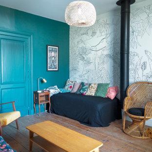 Imagen de habitación de invitados de estilo de casa de campo, grande, con paredes negras y suelo de madera clara