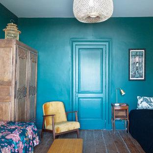 Diseño de habitación de invitados campestre, grande, con paredes negras y suelo de madera clara