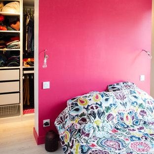 Идея дизайна: хозяйская спальня среднего размера в современном стиле с розовыми стенами и полом из керамической плитки