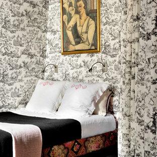 Cette image montre une chambre avec moquette bohème avec un mur blanc et un sol noir.