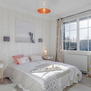 Aménagement d'une chambre contemporaine avec un mur gris, un sol en bois brun et un sol beige.