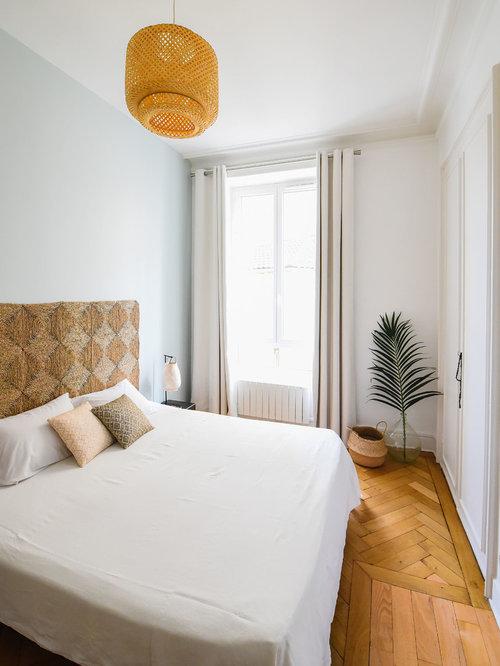 inspiration pour une petite chambre adulte ethnique avec un sol en bois clair et un mur