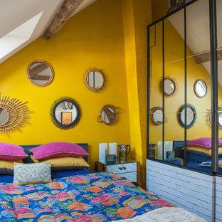 Inspiration pour une chambre méditerranéenne de taille moyenne avec un mur jaune et aucune cheminée.