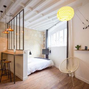 Foto de dormitorio principal, mediterráneo, pequeño, sin chimenea, con paredes blancas y suelo de madera oscura
