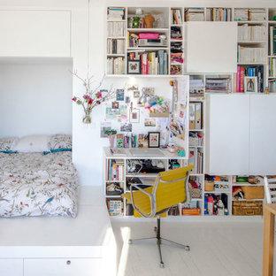 Réalisation d'une petit chambre parentale design avec un mur blanc, un sol en bois peint et aucune cheminée.