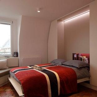 Imagen de habitación de invitados contemporánea, pequeña, con suelo de baldosas de terracota