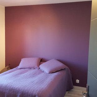 На фото: с невысоким бюджетом маленькие гостевые спальни в стиле модернизм с фиолетовыми стенами, деревянным полом и серым полом